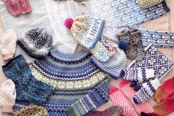 Skarpety, czapki, swetry wykonane ręcznie nadrutach wewzory żakardowe, norweskie.