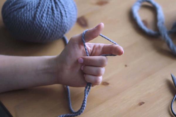 Dłoń zwłóczką przygotowaną dopracy