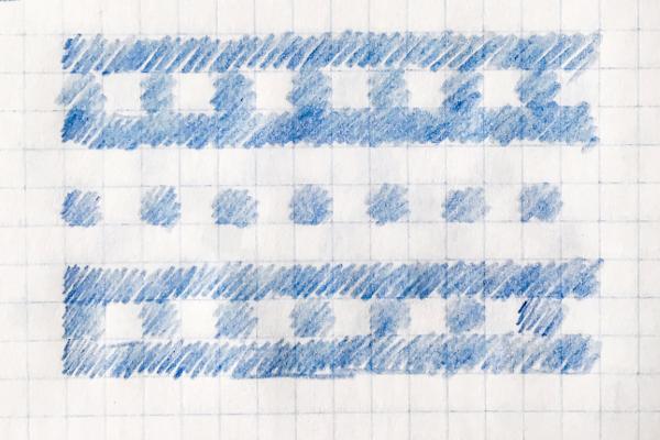 Schemat wzoru żakardowego narysowanego nakartce wkratkę: białe iniebieskie paski orazbiałe iniebieskie kwadraciki.