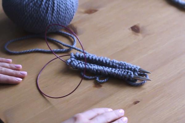 Druty ułożone równolegle, oczka nasunięte nadruty.