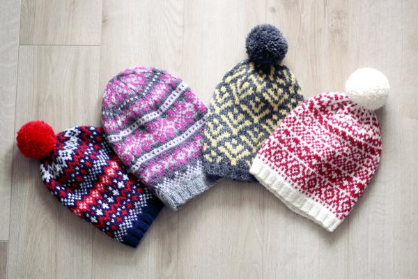 Cztery czapki wełniane wkolorowe wzory żakardowe.