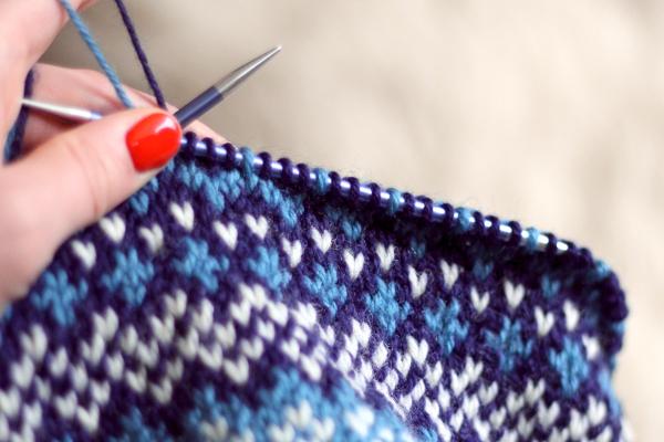 Czapka robiona nadrutach wzorem żakardowym wkolorach niebieskich