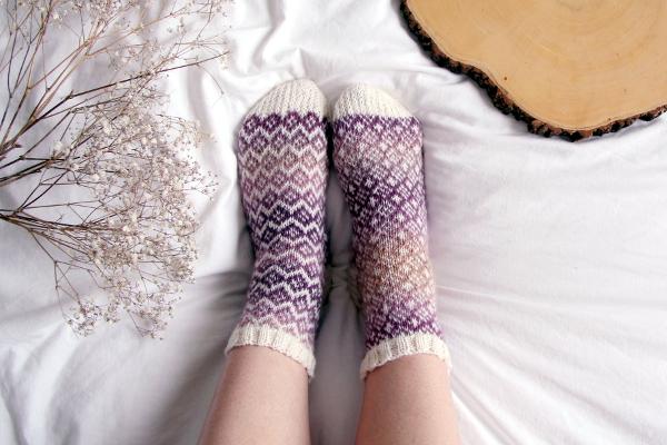 Stopy wskarpetkach ręcznie zrobionych nadrutach.