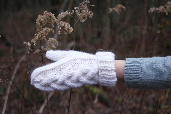 Biała rękawiczka nadrutach zwarkoczem