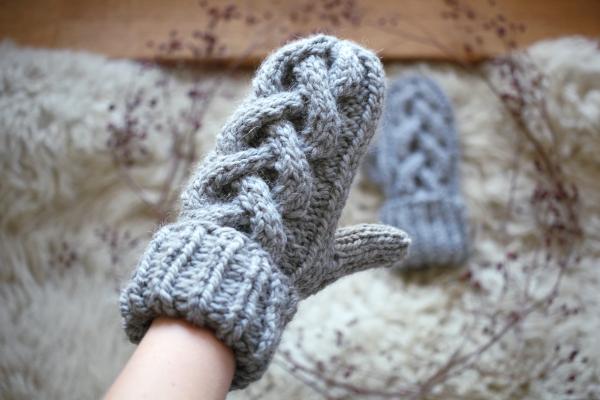 Szara rękawiczka zwarkoczami nadrutach